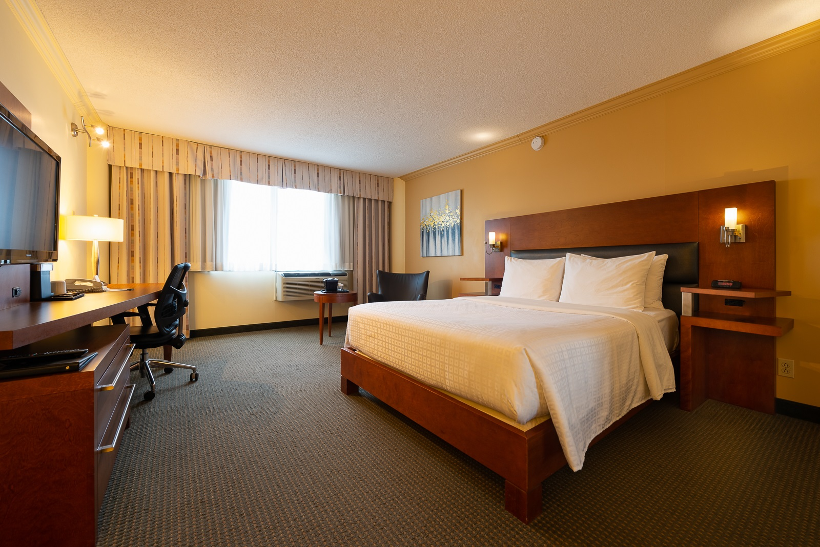 Business Rooms: 1 Queen bed or 1 King bed or 2 Queen beds